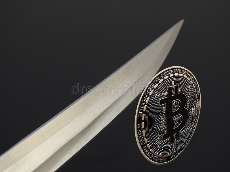 Bitcoin en el borde foto de archivo
