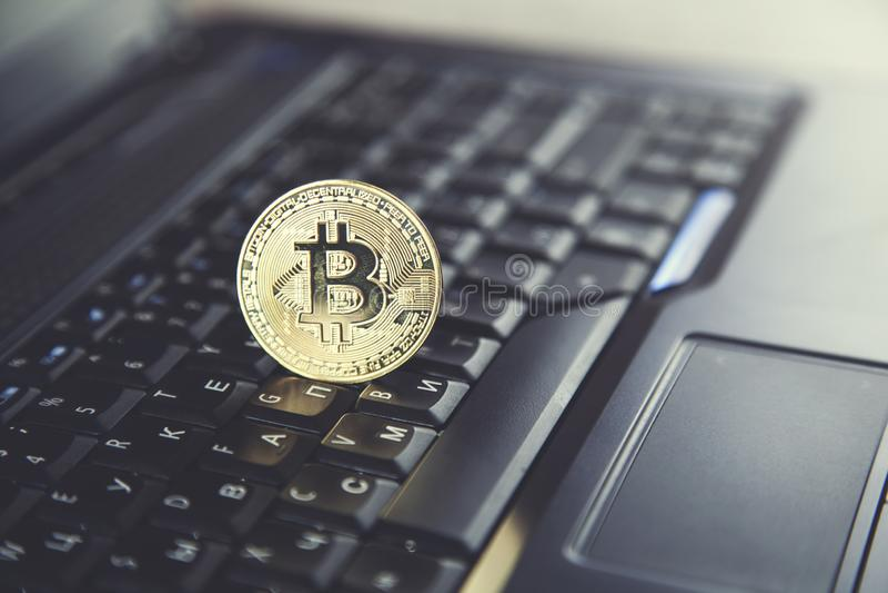 Bitcoin en el teclado del cuaderno fotos de archivo libres de regalías