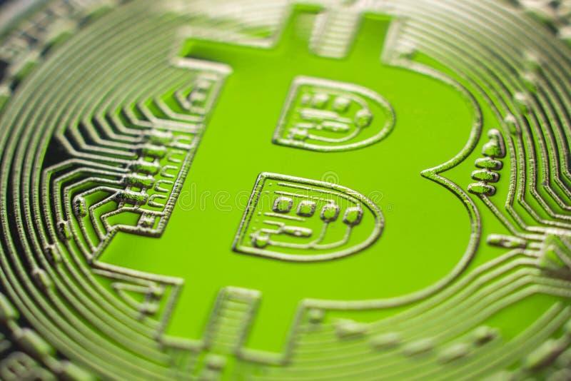 Bitcoin en fondo financiero perfecto de la luz verde fotografía de archivo
