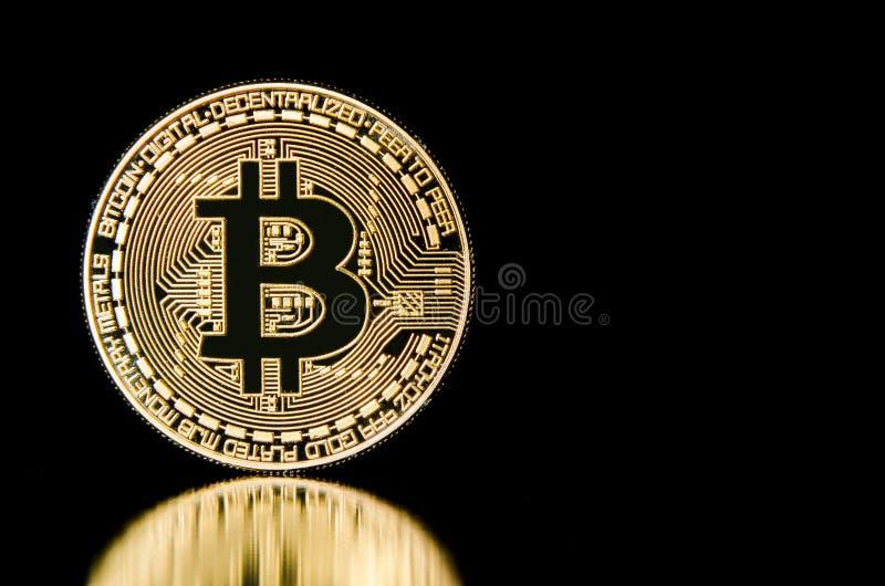 Bitcoin en fondo negro imagenes de archivo