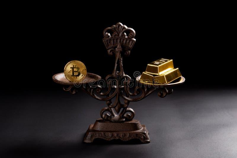 Bitcoin en goudstaven op evenwichtige schaal stock afbeeldingen