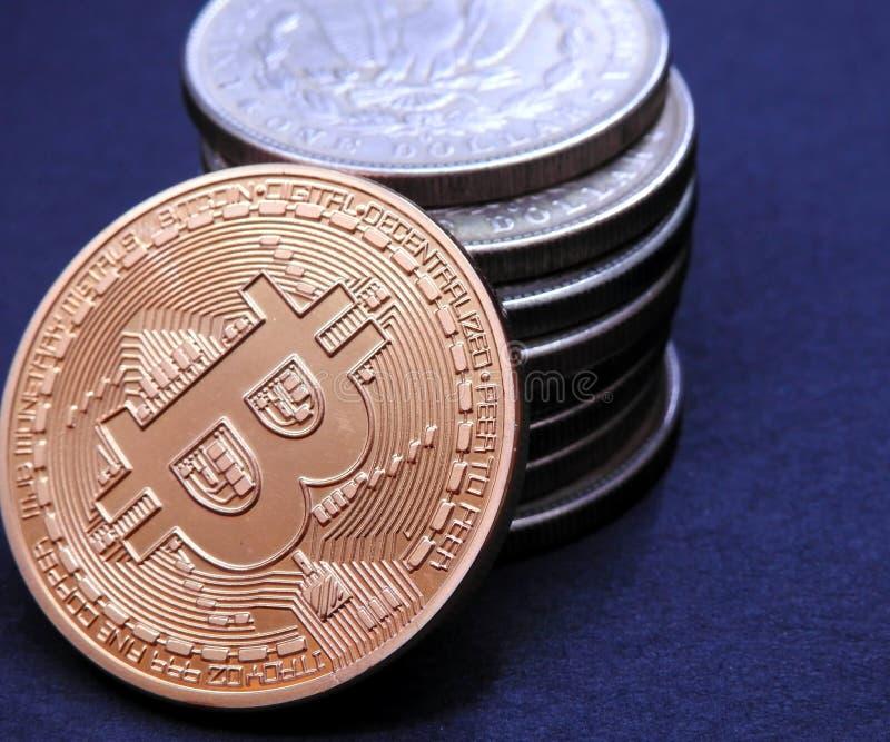 Bitcoin en la pila Morgan Dollars fotos de archivo libres de regalías