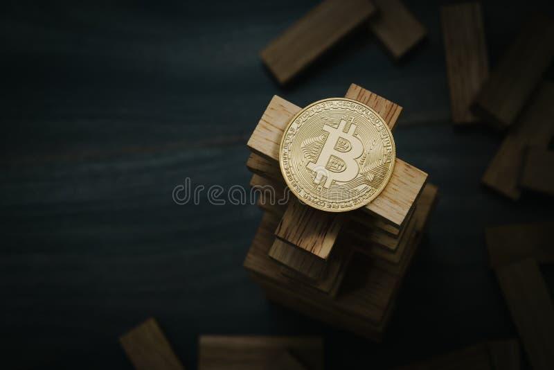 Bitcoin en la torre de madera de las unidades de creación Concepto para el bitcoin fotografía de archivo