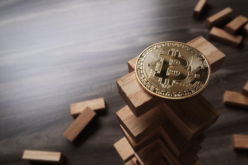 Bitcoin en la torre de madera de las unidades de creación Concepto para el bitcoin fotografía de archivo libre de regalías