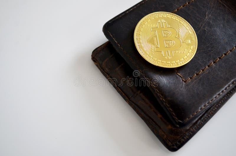 Bitcoin en leerportefeuille royalty-vrije stock foto's