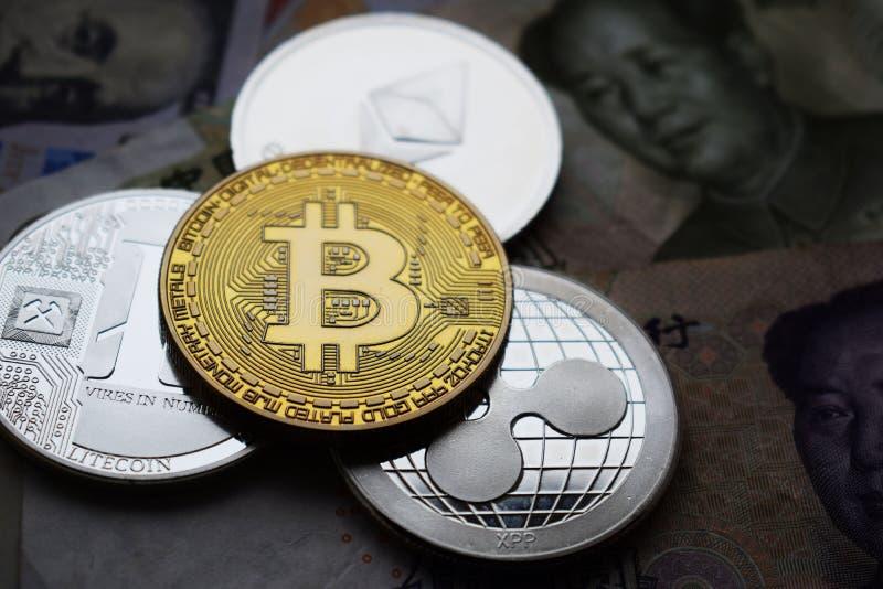 Bitcoin en Litecoin, de muntstukken van Rimpelingsethereum Close-up royalty-vrije stock foto's