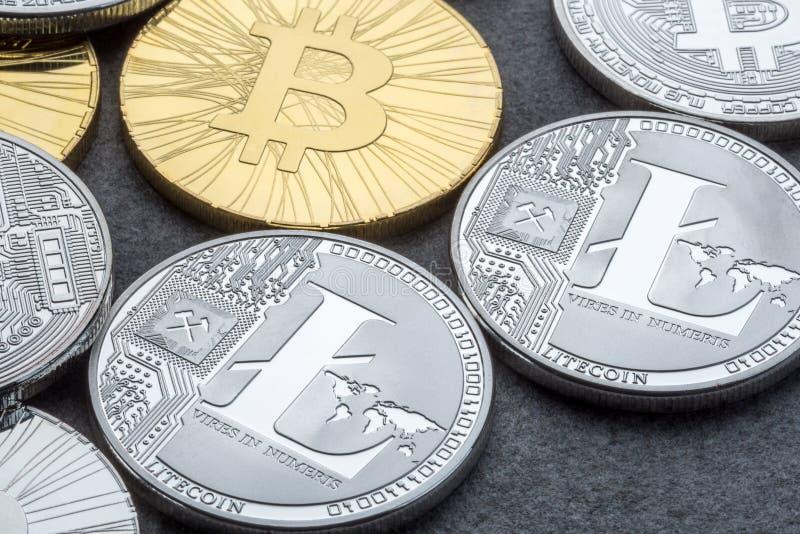 Bitcoin en Litecoin gaan naar uitwisselingsico het Aanvankelijke Muntstuk Aanbieden Cryptocurrencies bij donkere achtergrond royalty-vrije stock foto