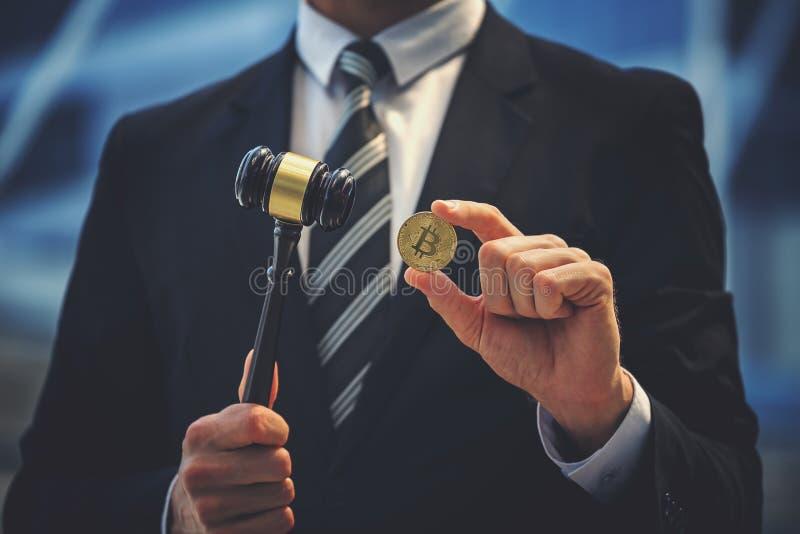 Bitcoin en rechtershamer ter beschikking stock afbeelding