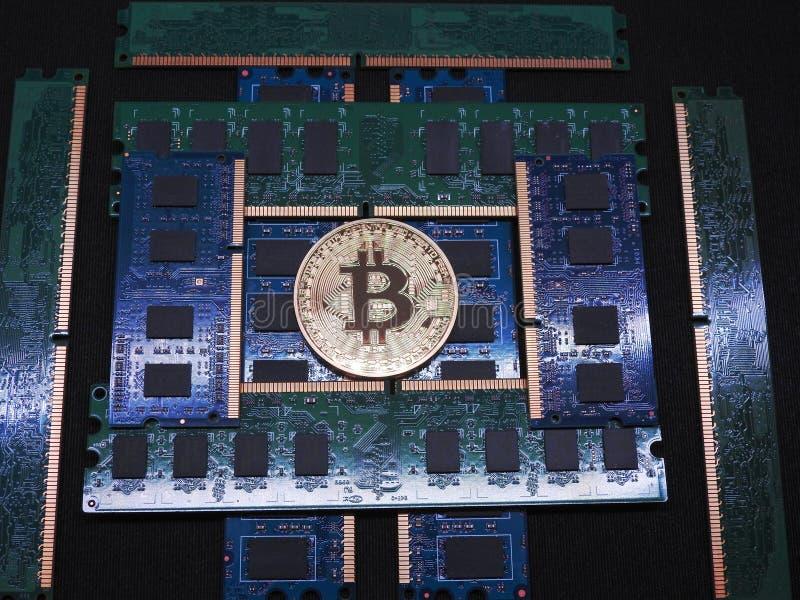 Bitcoin en stapel van ramsgeheugen royalty-vrije stock fotografie