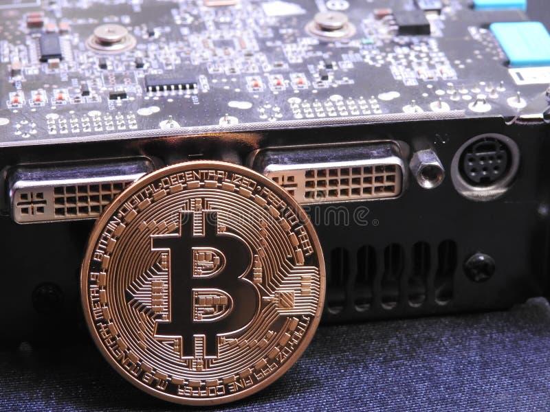Bitcoin en unidad central de los gráficos o GPU foto de archivo