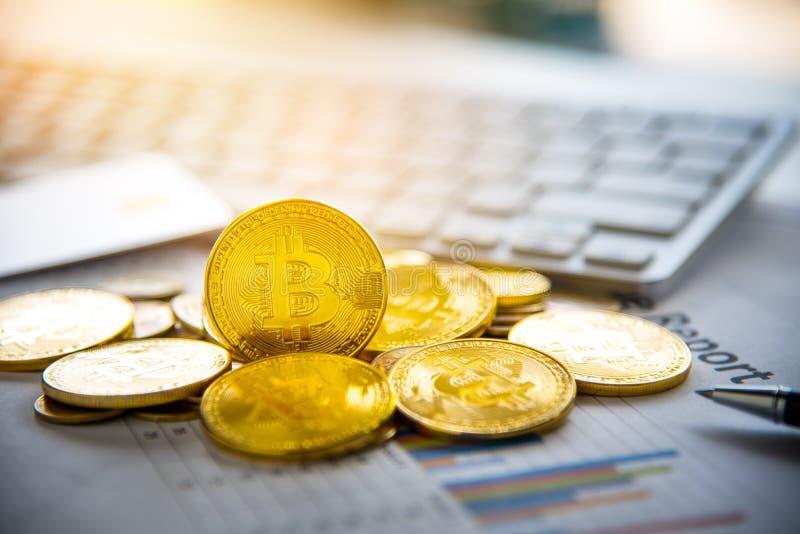 Bitcoin en zijn zaken-klasse laptop werk en brengen transactie stock foto's