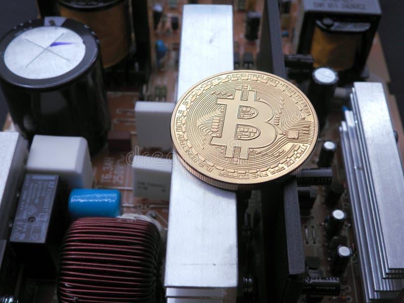 Bitcoin encima de componentes electrónicos fotografía de archivo libre de regalías