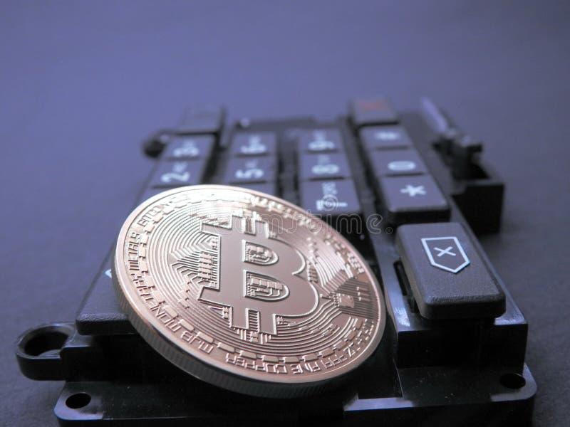 Bitcoin encima de la pieza del ordenador foto de archivo libre de regalías