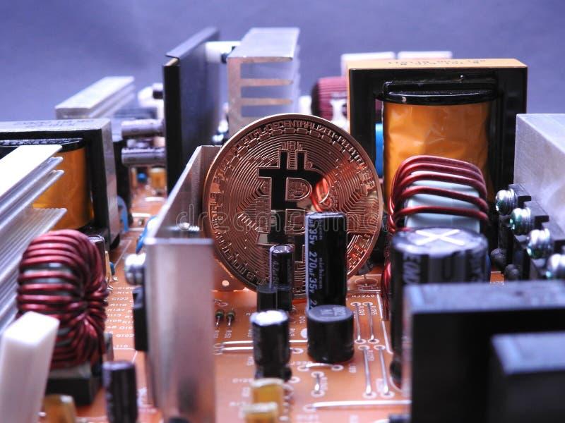 Bitcoin entre los componentes electrónicos imagen de archivo