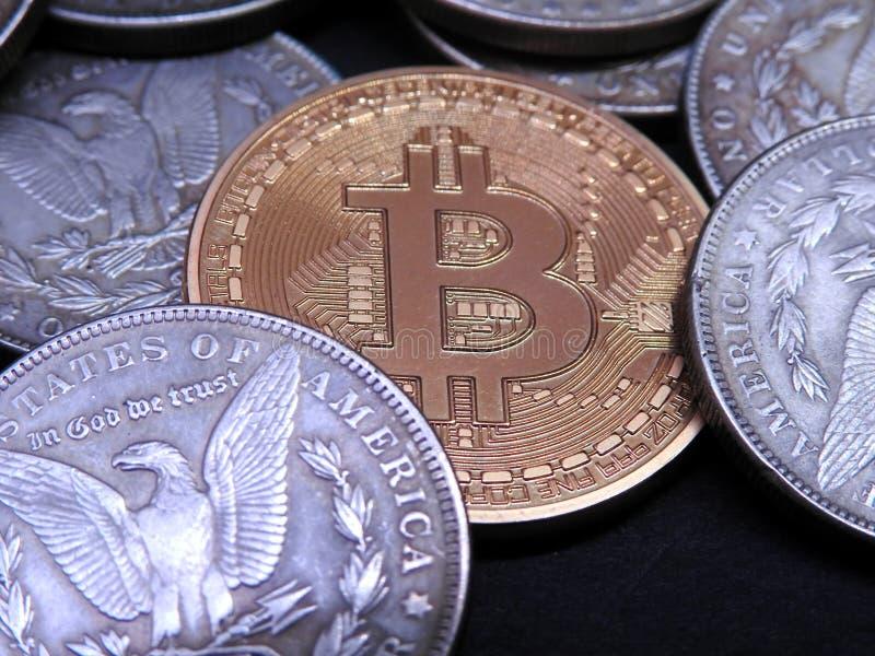 Bitcoin entre Morgan Dollars de plata imágenes de archivo libres de regalías