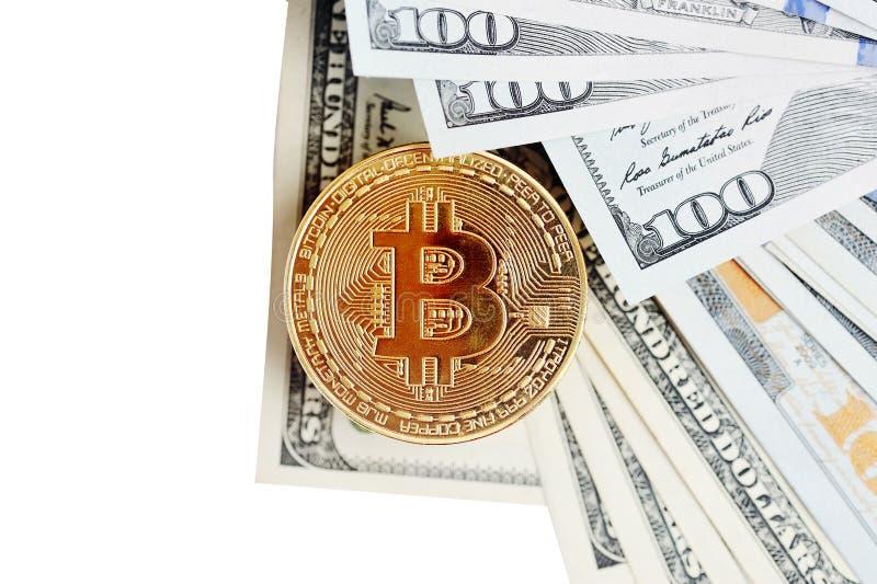Bitcoin es una moneda de oro en billetes de dólar Concepto financiero con el espacio para su texto fotografía de archivo libre de regalías