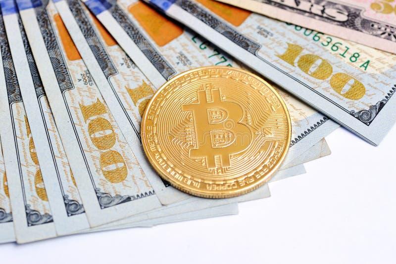 Bitcoin es una moneda de oro en billetes de dólar Pluma, lentes y gráficos imágenes de archivo libres de regalías