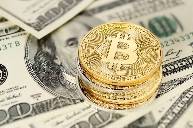 Bitcoin et billets d'un dollar images stock