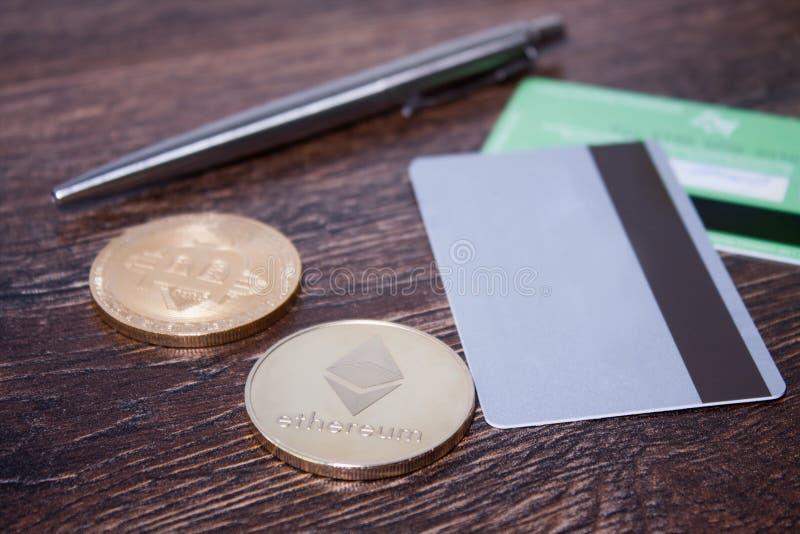 Bitcoin et Ethereum sur une surface en bois foncée images libres de droits