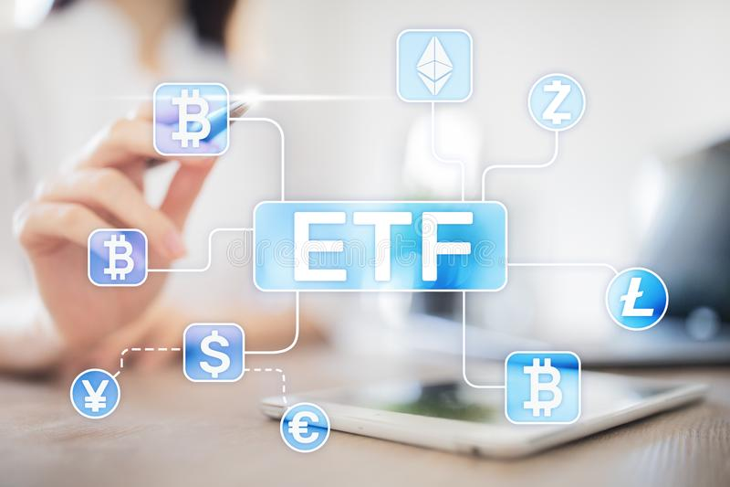 Bitcoin ETF Utbyte handlat fond- och cryptocurrencybegrepp p? den faktiska sk?rmen royaltyfria foton
