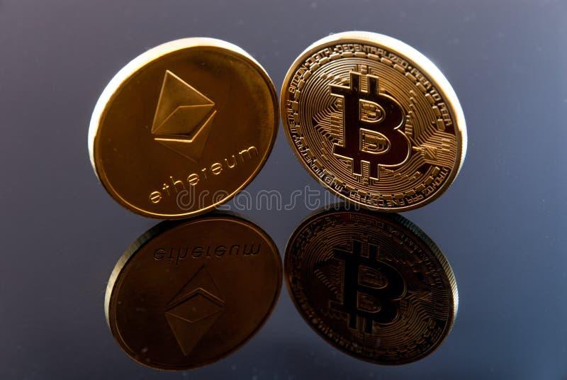 Bitcoin ethereum与反射的概念硬币 免版税图库摄影