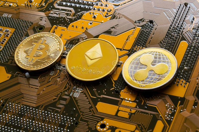 Bitcoin, Ethereum, пульсация чеканит на материнской плате компьютера, cryptocurrency инвестируя концепцию стоковое фото rf