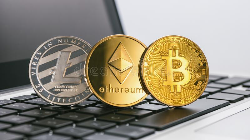 Bitcoin, Ethereum, cryptocurrencys di Litecoin Digital su un noteboo fotografie stock