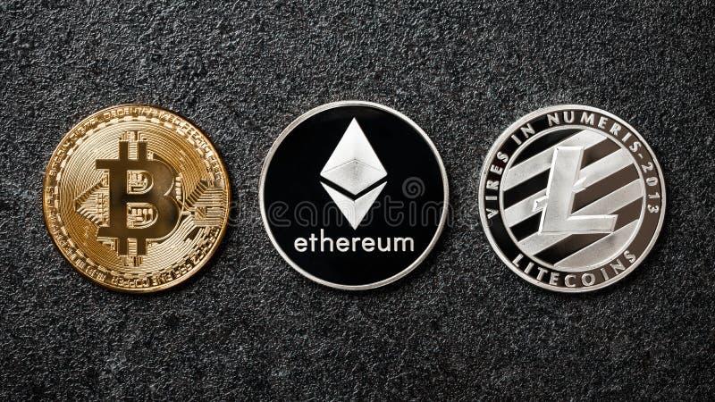 Bitcoin, Ethereum, Litecoin-muntstukken op zwarte stock afbeeldingen