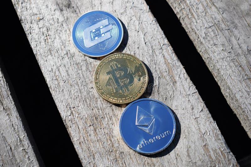 Bitcoin Ethereum, streck på den hängivna bakgrunden royaltyfri fotografi