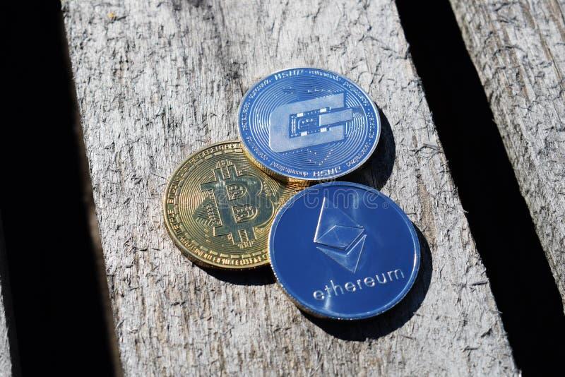 Bitcoin, Ethereum, traço no fundo devotado fotos de stock