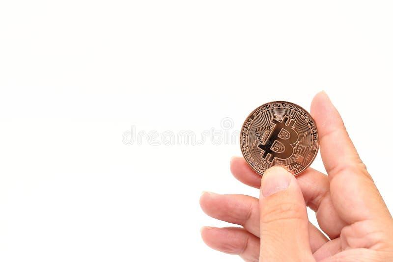 Bitcoin för brons för cryptocurrency för mänsklig hand för ` s hållande på vit isolerad bakgrund med kopieringsutrymme Faktiskt d royaltyfri foto
