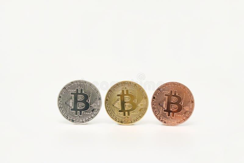 Bitcoin för brons för Cryptocurrency silver guld- på vit bakgrund Faktiskt digitalt pengarbegrepp fotografering för bildbyråer