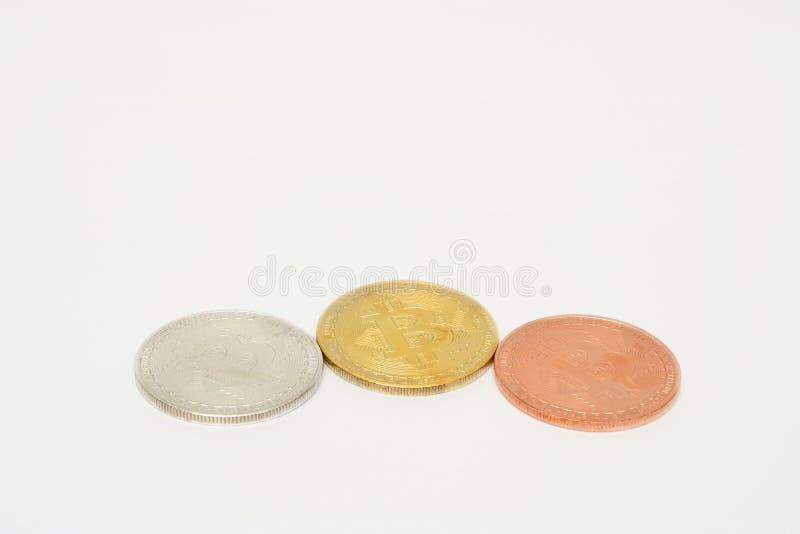 Bitcoin för brons för Cryptocurrency silver guld- på vit bakgrund Faktiskt digitalt pengarbegrepp arkivbilder