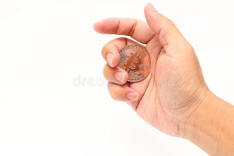 Bitcoin för brons för cryptocurrencyen för den mänskliga handen för ` s isolerade hållande på vit bakgrund Faktiskt digitalt peng royaltyfri bild