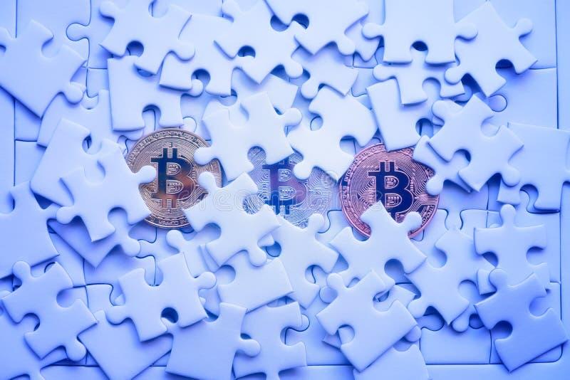 Bitcoin för guld tre på den vita figursågen eller pusslet, cryptocurrency MI royaltyfri bild