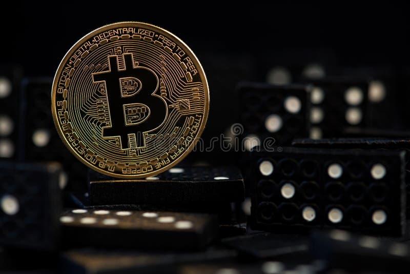 Bitcoin faller ner den faktiska pengarrisken, kris- och kollapsfaror och risker av att investera till bitcoinsnöbollseffektpengar arkivfoto