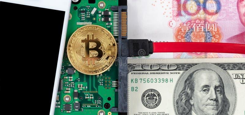 Bitcoin framtida valuta med traditionella pappers- valutor royaltyfri foto