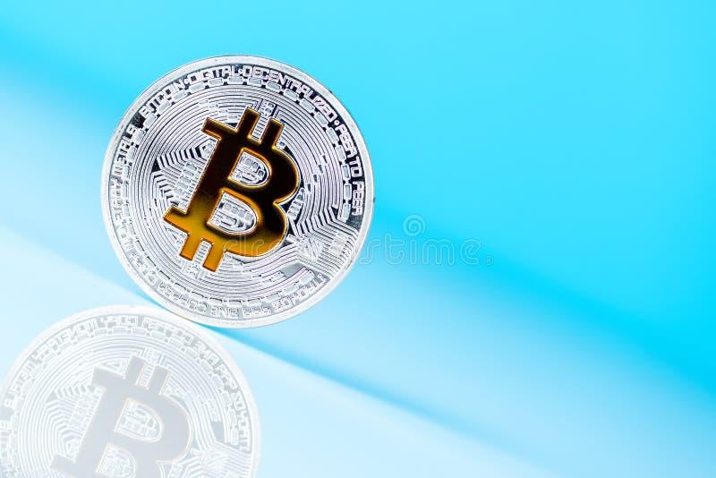 Bitcoin går ner i värdebegreppsmodell Crypto-valuta mynt på blå bakgrund, unik sikt med tomt utrymme för text arkivfoto