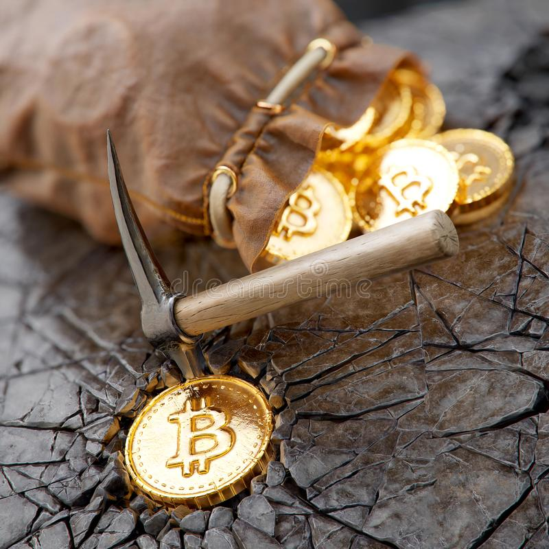 Bitcoin górniczy pojęcie z oskardem i rzemienną torbą zdjęcia stock