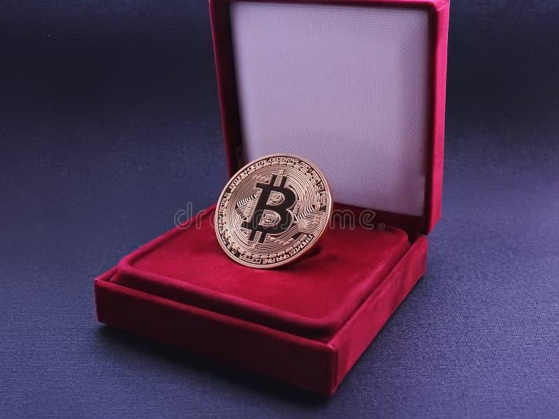 Bitcoin - Gold in der Geschenkbox stockfotografie