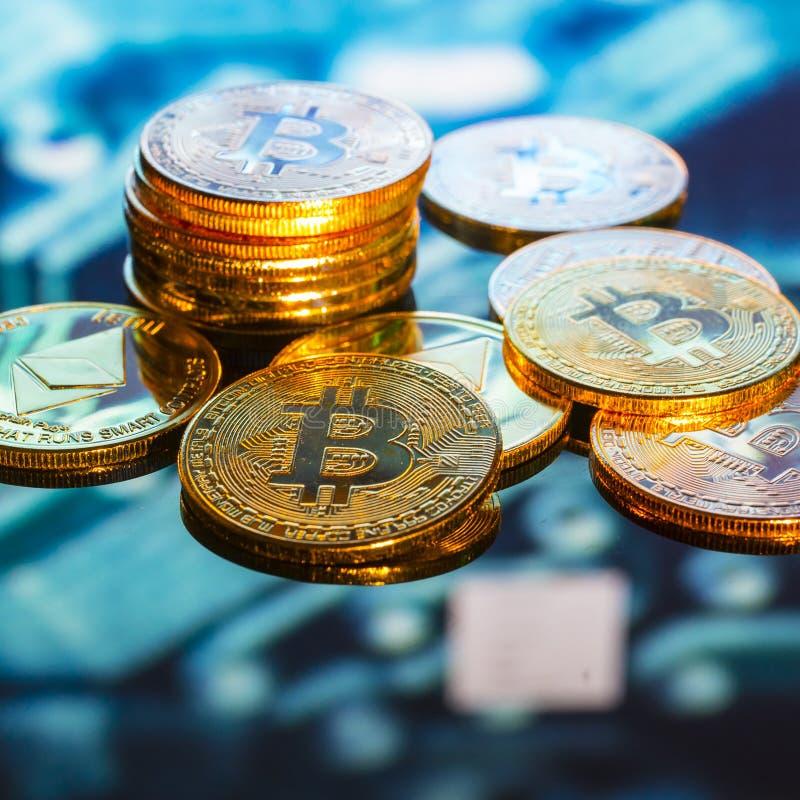 Bitcoin-Gold, silberne und Kupfermünzen und defocused Druck-circ stockfotos