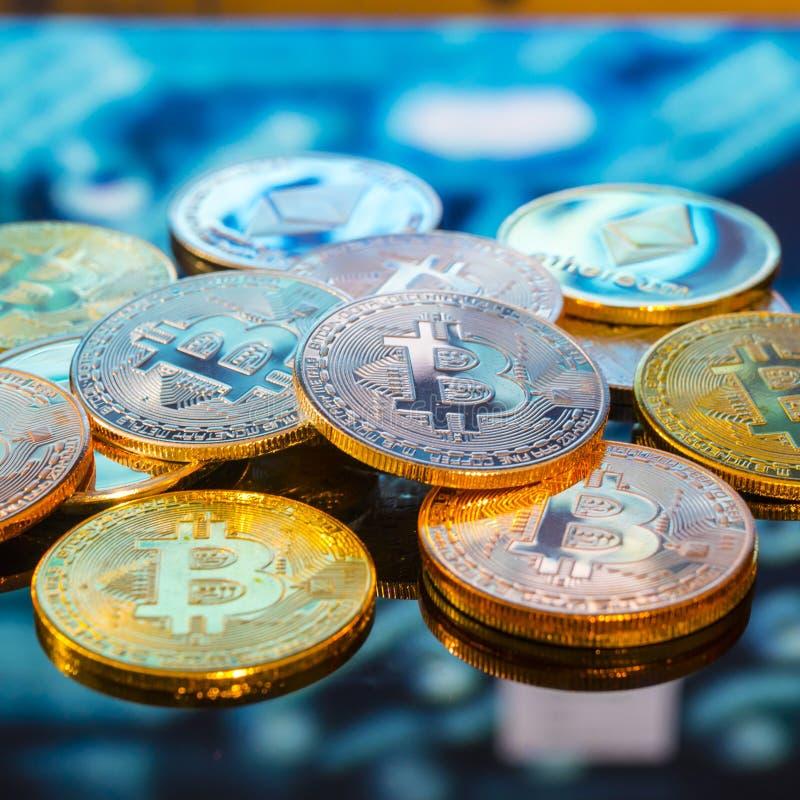 Bitcoin-Gold, silberne und Kupfermünzen und defocused Druck-circ lizenzfreie stockfotos