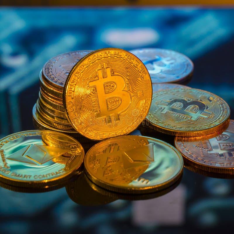 Bitcoin-Gold, silberne und Kupfermünzen und defocused Druck-circ lizenzfreie stockfotografie