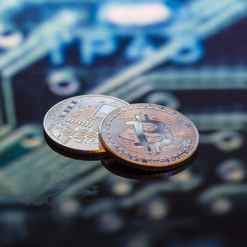 Bitcoin-Gold, silberne und Kupfermünzen und defocused Druck-circ stockfoto