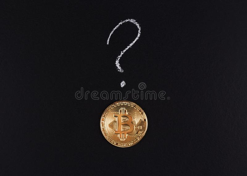 Bitcoin, Goldmünze und ein Fragezeichen stockbild