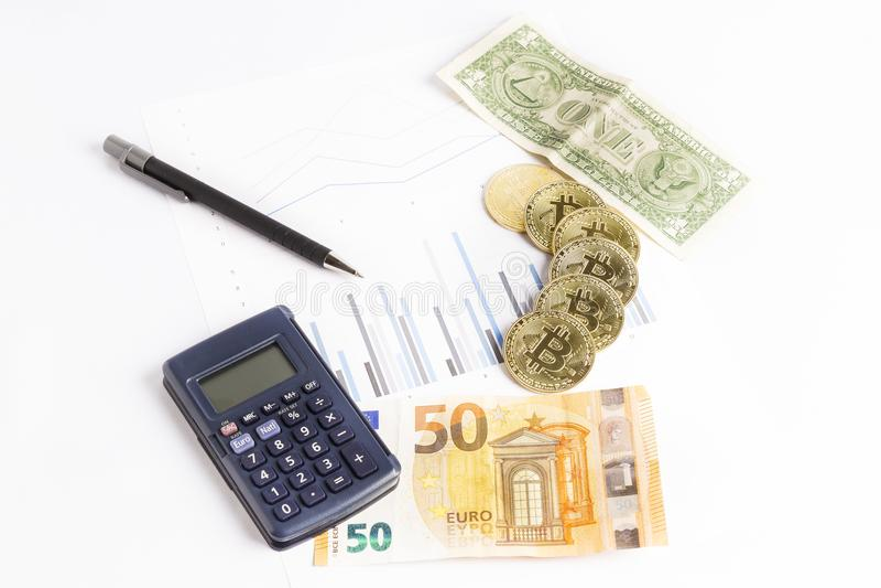 Bitcoin-Goldmünzen auf Diagramm nahe bei einem Taschenrechner, ein Stift und einiger Dollar und Eurorechnungen lizenzfreie stockfotografie
