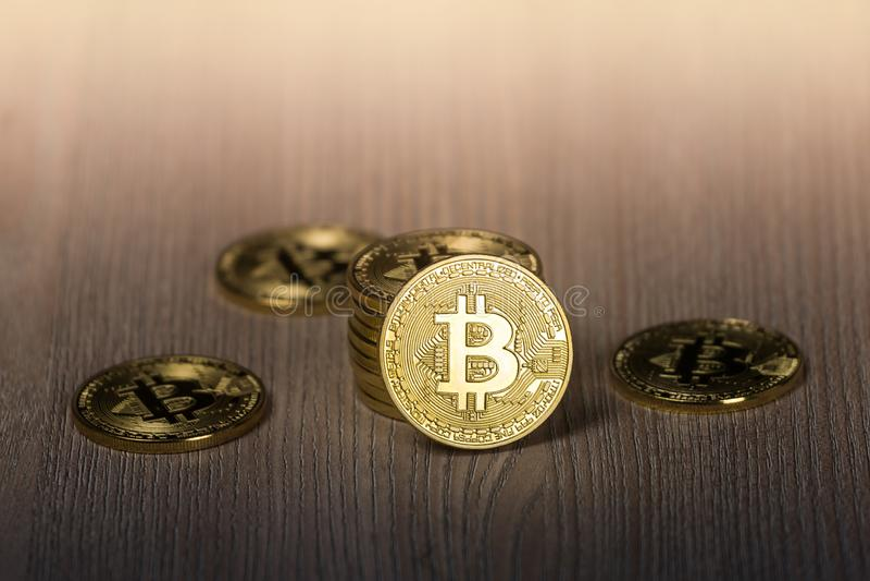 Bitcoin-Goldmünzen auf einem Holztisch lizenzfreies stockfoto