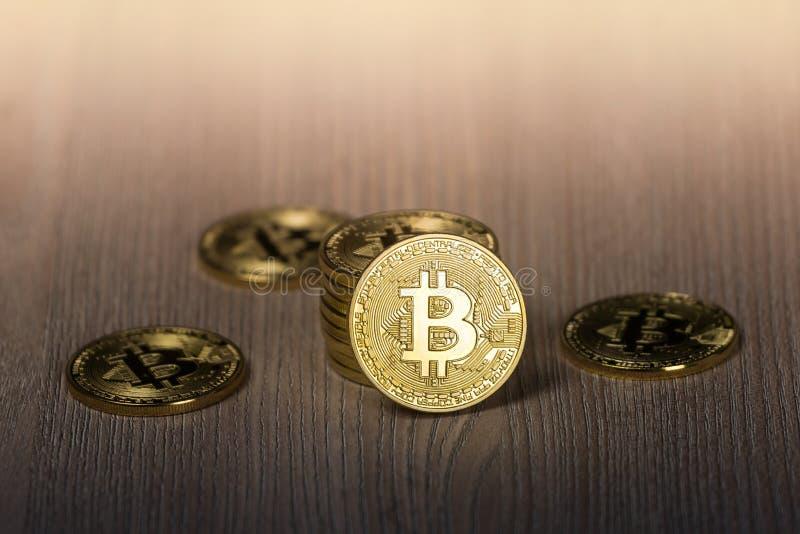 Bitcoin gouden muntstukken op een houten lijst royalty-vrije stock foto