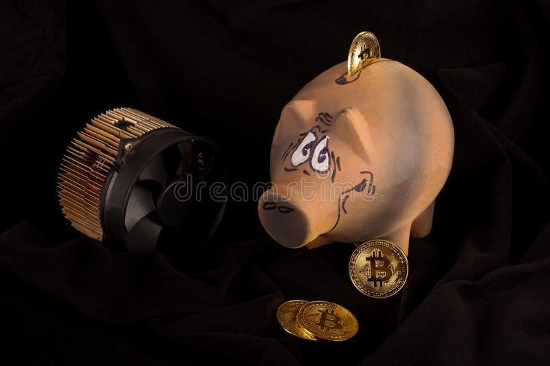 Bitcoin gruvarbetare, några guld- mynt och spargris för besparingar royaltyfria foton
