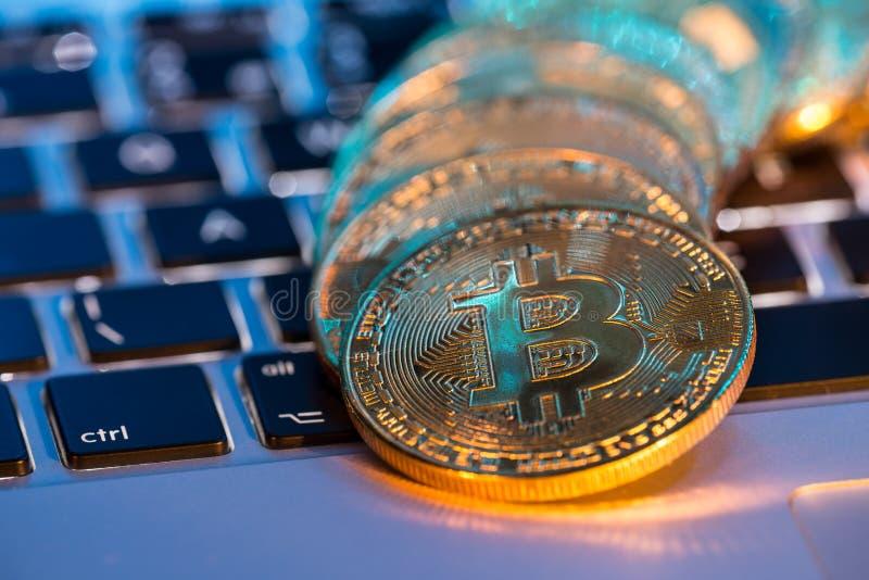 Bitcoin guld- mynt med bärbar datortangentbordet Faktiskt cryptocurrencybegrepp arkivfoto